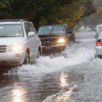 ควรตรวจสอบและเตรียมรถอย่างไรบ้างก่อนฝนจะมา