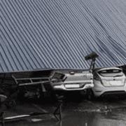 """พายุ!! อุบัติเหตุป้ายโฆษณาหล่นใส่ """"รถพัง"""" """"บาดเจ็บ"""" ใครรับผิดชอบ?"""